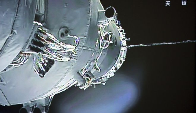 In this image made off the screen at the Beijing Aerospace Control Center and released by China's Xinhua News Agency, the Shenzhou-10 manned spacecraft is seen while conducting docking with the orbiting Tiangong-1 space module Thursday, June 13, 2013. The Chinese spacecraft successfully completed an automated docking with the space module Thursday and the three astronauts climbed aboard what will be their home for the next week, state media reported. (AP Photo/Xinhua) NO SALES