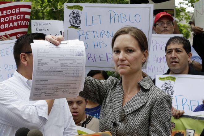 Η υπεράσπιση του άνδρα από τον Ισημερινό, Τζένιφερ Γουίλιαμς δείχνει στις κάμερες την αίτηση που κατέθεσε για την αποφυγή της απέλασης στις αρχές.
