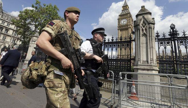 Περιπολία στρατιωτικών-αστυνομικών στο Λονδίνο