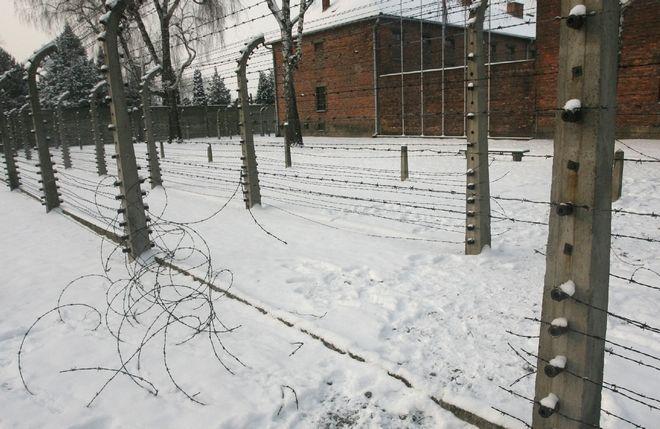 Φράχτης με αγκαθωτό συρματόπλεγμα εμφανίζεται στο πρώην ναζιστικό στρατόπεδο θανάτου Άουσβιτς, που υπενθύμιζε στους κρατουμένους του, ότι η απόδραση ήταν σχεδόν αδύνατη