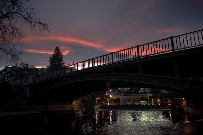 Δύση ηλίου πάνω από την πόλη των Τρικάλων και την κεντρική γέφυρα του Ληθαίου ποταμού (EUROKINISSI/ΘΑΝΑΣΗΣ ΚΑΛΛΙΑΡΑΣ)