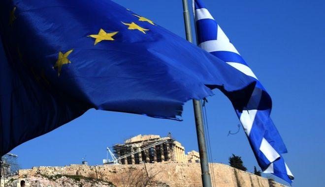 Ελληνική σημαία και σημαία της Ευρωπαϊκής Ένωσης κυματίζουν με φόντο την Ακρόπολη