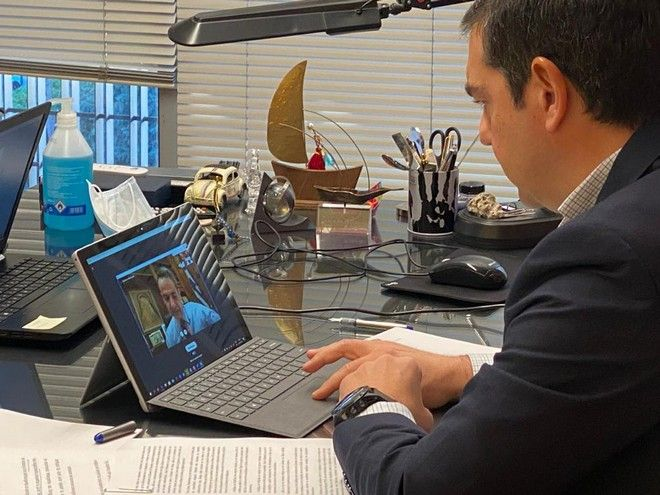 Ο Αλέξης Τσίπρας κατά την βιντεοκλήση με τον Κυριάκο Μητσοτάκη