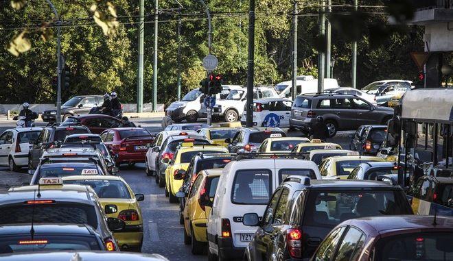 Κίνηση οχημάτων στο κέντρο της Αθήνας την Πέμπτη 26 Οκτωβρίου 2017. Αυξημένη, σύμφωνα με την Τροχαία, είναι η κίνηση σε όλους τους οδικούς άξονες που οδηγούν στο κέντρο της Αθήνας, εξαιτίας της 24ωρης απεργίας στο Μετρό. (EUROKINISSI/Σωτήρης Δημητρόπουλος)