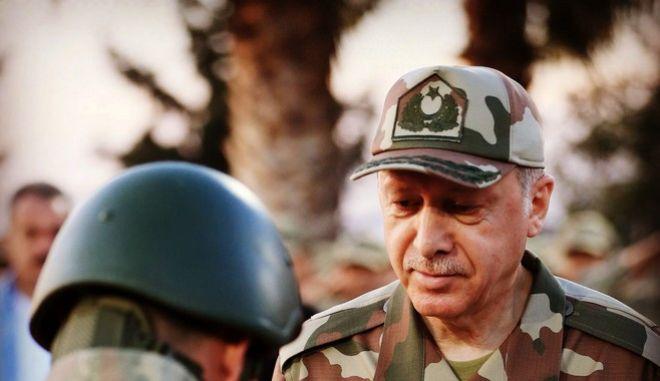 """Ο Τούρκος πρόεδρος με στρατιωτική """"παραλλαγή"""""""