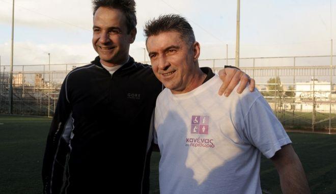 Ο πρόεδρος της ΝΔ Κυριάκος Μητσοτάκης με τον ευρωβουλευτή Θοδωρή Ζαγοράκη σε παλαιότερο αγώνα ποδοσφαίρου μεταξύ της  Εθνικής Ομάδας Αστέγων και της ομάδας της αξιωματικής αντιπολίτευσης