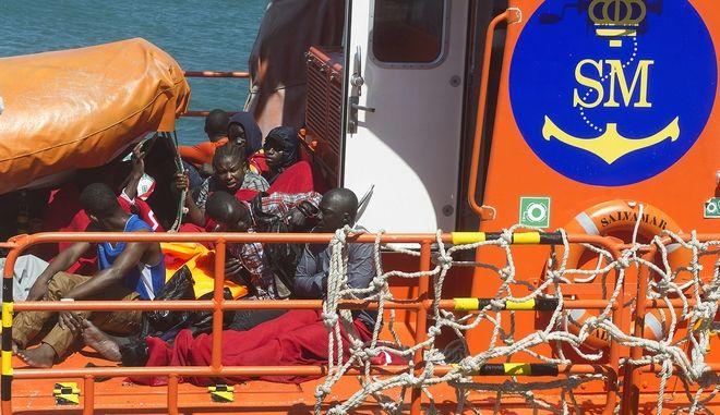 Σκάφη του ισπανικού λιμενικού μεταφέρουν μετανάστες που διασώθηκαν από ναυάγιο κοντά στα στενά του Γιβραλτάρ