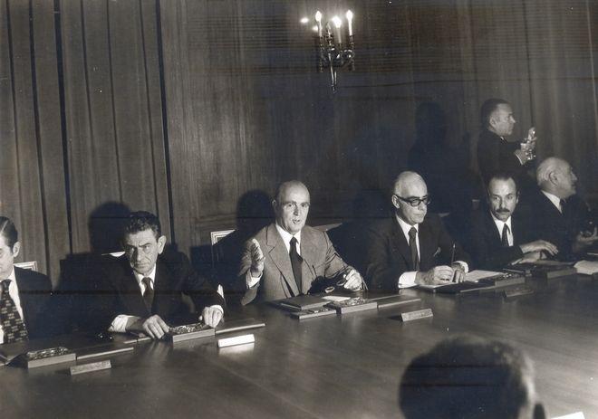 Ο Κωνσταντίνος Καραμανλής προεδρεύει της συνεδρίασης του υπουργικού συμβουλίου το 1974.