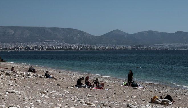 Κόσμος στην παραλία της Φρεαττύδας