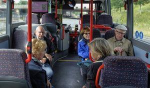 Μη δίνετε τη θέση σας σε ηλικιωμένους στα μέσα μεταφοράς