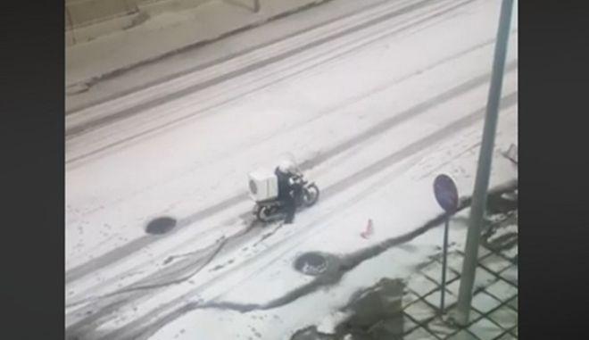 Θεσσαλονίκη: Στέλνουν διανομείς μέσα στα χιόνια για να πάνε τις παραγγελίες