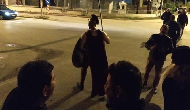"""Νάουσα: Πίστεψαν hoax και βγήκαν εναντίον μεταναστών με μπροστάρη """"Μακεδονομάχο"""""""