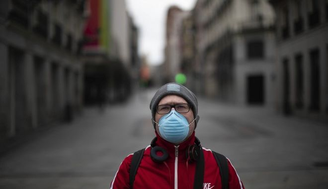 Ευρωπαίος άνδρας με μάσκα
