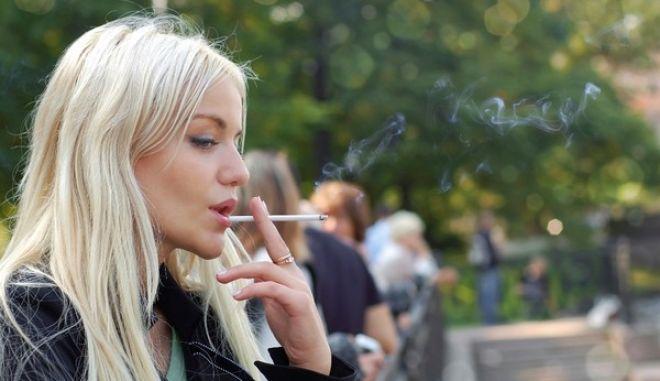 Οι καπνιστές στην Ελλάδα μειώνονται, οι παθητικοί καπνιστές όχι