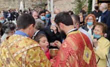 Πιστοί λαμβάνουν τη Θεία Κοινωνία έξω από τον ναό του Αγίου Δημητρίου στη Θεσσαλονίκη