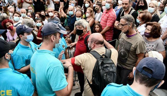Ένταση προκλήθηκε στο λαϊκό προσκύνημα για τον Μίκη Θεοδωράκη