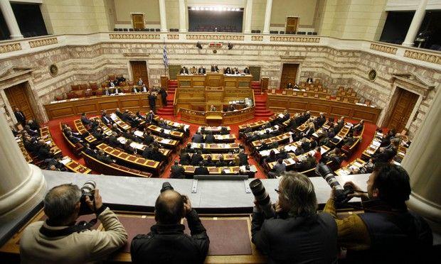 Στιγμιότυπο από την σημερινή συζήτηση και ψηφοφορία του πολυνομοσχεδίου του υπουργείου Οικονομικών σε ένα άρθρο με την διαδικασία του κατεπείγοντος, την Δευτέρα 14 Ιανουαρίου 2013 (EUROKINISSI/ ΓΙΩΡΓΟΣ ΚΟΝΤΑΡΙΝΗΣ)