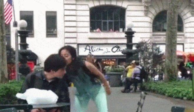 Βίντεο: Γυναίκα κάνει καμάκι σε άνδρες στο δρόμο για να τους δείξει πώς είναι