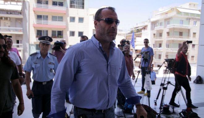 """Ο βουλευτής της """"Χρυσής Αυγής"""" Νίκος Μίχος, προσέρχεται στις ανακρίτριες για συμπληρωματική απαλογία για το αδίκημα της διακεκριμένης οπλοκατοχής την Πέμπτη 3 Ιουλίου 2014. (EUROKINISSI/ΚΩΣΤΑΣ ΚΑΤΩΜΕΡΗΣ)"""