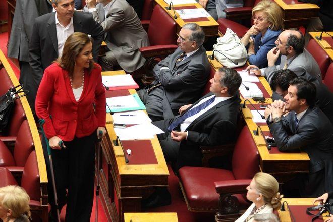 H Ντόρα Μπακογιάννη κατά τη συζήτηση για το πρώτο μνημόνιο την Πέμπτη 6 Μαϊου 2010 περνά μπροστά από τα έδρανα του ΛΑΟΣ, όπου ανήκαν τότε Άδωνις Γεωργιάδης και Μάκης Βορίδης. Ψήφισε υπέρ και διεγράφη από τον Αντώνη Σαμαρά