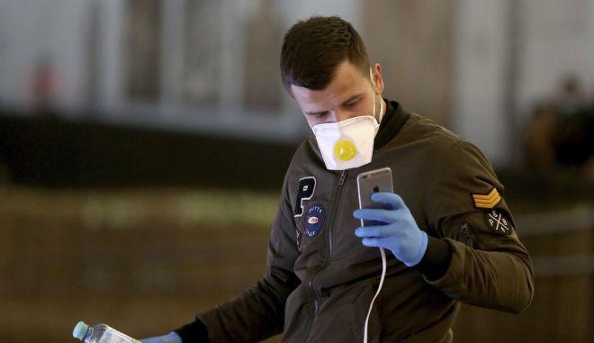 Άνδρας με μάσκα στο αεροδρόμιο της Βιέννης