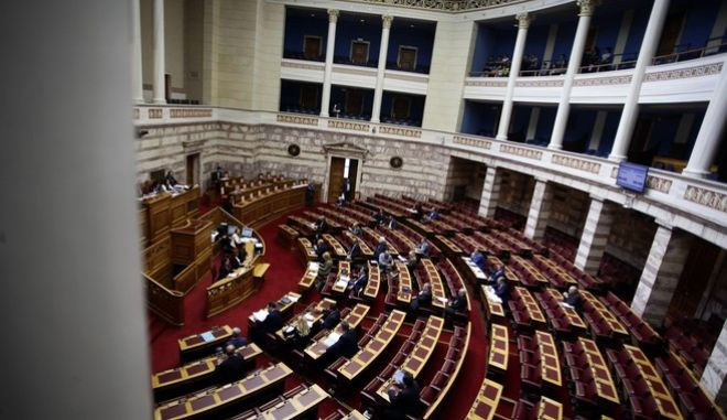 """Συζήτηση και ψήφιση επί της αρχής, των άρθρων και του συνόλου του σχεδίου νόμου του Υπουργείου Οικονομίας και Ανάπτυξης """"Εξωδικαστικός μηχανισμός στήριξης οφειλών επιχειρήσεων"""" στην Ολομέλεια της Βουλής την Πέμπτη 27 Απριλίου 2017. (EUROKINISSI/ΓΙΩΡΓΟΣ ΚΟΝΤΑΡΙΝΗΣ)"""