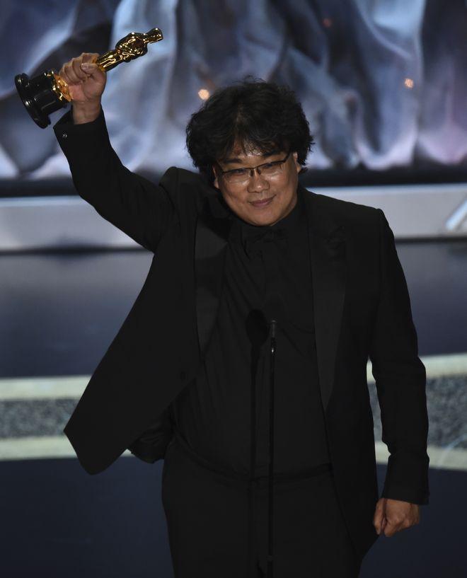 Ο Bong Joon Ho παραλαμβάνει το βραβείο Διεθνούς Ταινίας για τα Παράσιτα