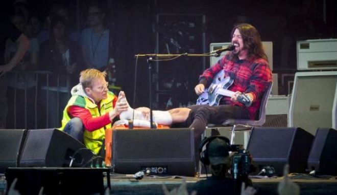 Foo Fighters: Έσπασε το πόδι του στη σκηνή, αλλά επέστρεψε στη συναυλία!
