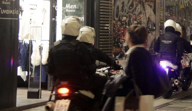 Καταστήματα με χριστουγεννιάτικο στολισμό στην οδό Ερμού, την Τρίτη 18 Νοεμβρίου 2014. (EUROKINISSI/ΓΙΩΡΓΟΣ ΚΟΝΤΑΡΙΝΗΣ)