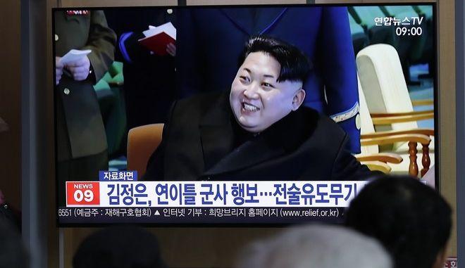 Στιγμιότυπο από ρεπορτάζ της τηλεόρασης της Β. Κορέας για τη δοκιμή όπλου