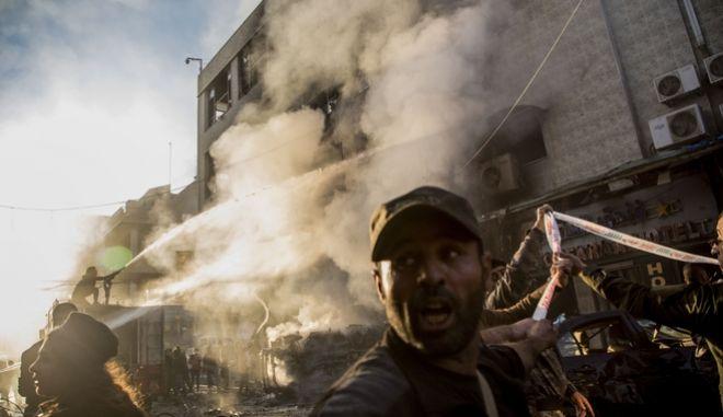 Πυροσβέστες σβήνουν φωτιά μετά από έκρηξη στη Συρία.