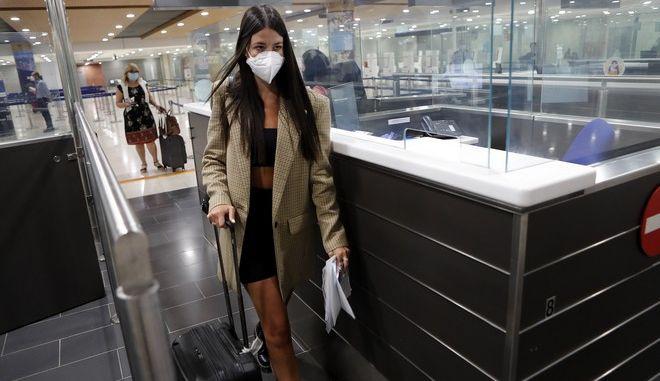 Ταξιδιώτης στο αεροδρόμιο της Λάρνακας
