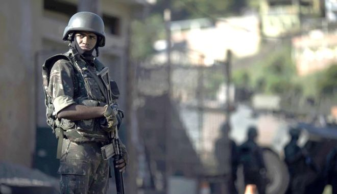 Στρατιώτης στις φαβέλες του Ρίο