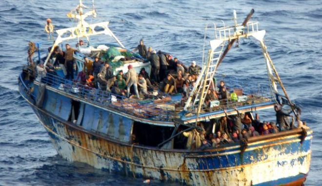 Εκτεταμένη επιχείρηση εντοπισμού και διάσωσης μεγάλου αριθμού παράνομων μεταναστών πραγματοποίησαν τα στελέχη του Λιμενικού Σώματος στη θαλάσσια περιοχή της Κρήτης. Ειδικότερα, μετά από  αξιοποίηση πληροφοριών που περιήλθαν στο Ενιαίο Κέντρο Συντονισμού Έρευνας και Διάσωσης του Α.Λ.Σ β ΕΛ.ΑΚΤ. από το ομόλογο Κέντρο Έρευνας β Διάσωσης Ιταλίας (MRCC/ ROMA), το Λιμενικό Σώμα β Ελληνική Ακτοφυλακή εντόπισε σήμερα σημαντικό αριθμό παράνομων μεταναστών στη θαλάσσια περιοχή, περίπου 70 ν.μ. νοτιοδυτικά της Κρήτης, πλησίον περιοχής ευθύνης έρευνας και διάσωσης Μάλτας. Οι ανωτέρω επέβαιναν σε αλιευτικό σκάφος περίπου τριάντα δύο μέτρων (32μ.), ευρισκόμενο σε δυσχερή θέση, το οποίoεντοπίστηκε από το υπό ελληνικής σημαίας παραπλέον Δ/Ξ  βOLYMPICFAITHβ. Άμεσα και υπό το συντονισμό του  ΕΚΣΕΔ, στην περιοχή κατέπλευσε Πλοίο Ανοικτής Θαλάσσης (ΠΑΘ) Λ.Σ β ΕΛ.ΑΚΤ. το οποίο και συνέδραμε στην ασφαλή πρόσδεση του Α/Κ επί του βOLYMPICFAITHβ. Στο σημείο δεσμεύθηκαν από το ΕΚΣΕΔ για παροχή συνδρομής, δύο (02) παραπλέοντα εμπορικά πλοία και το πλοίο USΝSβJOHNLENTHALLβ του Αμερικανικού Πολεμικού Ναυτικού. Παράλληλα έσπευσε στην περιοχή κατόπιν σχετικού αιτήματος του ΕΚΣΕΔ, Φρεγάτα του Πολεμικού Ναυτικού, η οποία παρείχε και ιατρική βοήθεια στους διασωθέντες. Με τη συνδρομή του πληρώματος του ΠΑΘ Λ.Σ β ΕΛ.ΑΚΤ., ξεκίνησε και ολοκληρώθηκε η διαδικασία μετεπιβίβασης των μεταναστών από το Α/Κ σκάφος στο Δ/Ξ βOLYMPICFAITHβ, παρά τις αντίξοες καιρικές συνθήκες που επικρατούν στην περιοχή (ισχυρή αποθαλασσία) με αποτέλεσμα τη διάσωση πλέον των τριακοσίων (300) ατόμων, με προτεραιότητα σε γυναίκες και παιδιά. Θα ακολουθήσει η μεταφορά των αλλοδαπών στο πλησιέστερο ασφαλές αγκυροβόλιο / λιμένα. (EUROKINISSI/ΛΙΜΕΝΙΚΟ ΣΩΜΑ)