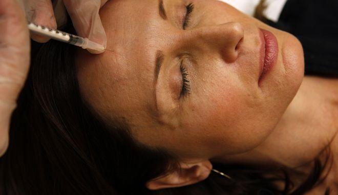 Γυναίκα που κάνει ένεση botox