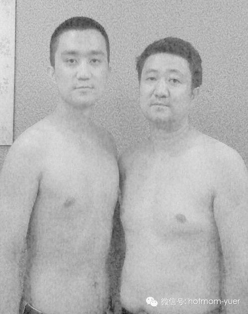 Πατέρας και γιος έβγαζαν επί 26 χρόνια την ίδια φωτογραφία. Η τελευταία θα σας συγκινήσει