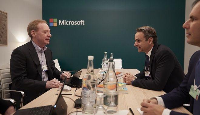 Ο Μητσοτάκης στο περίπτερο της Microsoft στο Νταβός