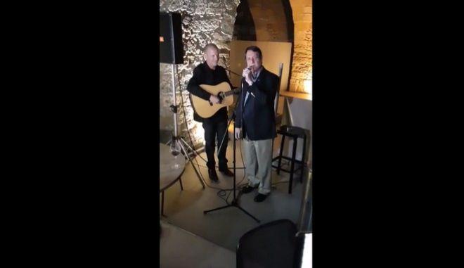 Βίντεο: Ο Νίκος Αναστασιάδης τραγουδάει για όσους τον έχουν πικράνει