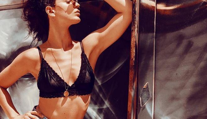 Η ηθοποιός Τραϊάνα Ανανία σε μια φωτογραφία της από την παραλία στο Instagram