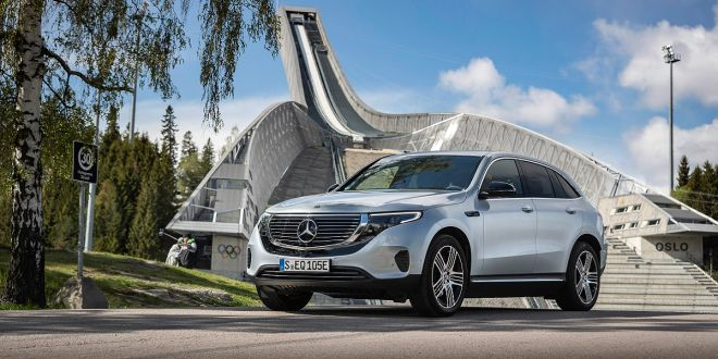 EQC 400 4MATIC; hightechsilber metallic; Ledernachbildung ARTICO / Stoff Sunnyvale zweifarbig indigoblau / schwarz;Stromverbrauch kombiniert: 20,8  19,7 kWh/100 km; CO2-Emissionen kombiniert: 0 g/km* ; *Stromverbrauch und Reichweite wurden auf der Grundlage der VO 692/2008/EG ermittelt. Stromverbrauch und Reichweite sind abhängig von der Fahrzeugkonfiguration  EQC 400 4MATIC; high tech silver metallic; Two-tone ARTICO man-made leather  / Sunnyvale fabric indigo blue / black;Combined electric energy consumption: 20.8 - 19.7 kWh/100 km; combined CO2 emissions: 0 g/km* ; *Electric energy consumption and range have been determined on the basis of Regulation (EC) No. 692/2008. Electric energy consumption and range depend on the vehicle configuration