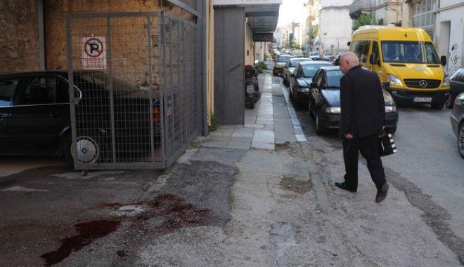 """Δύο νεκροί ήταν το αποτέλεσμα της δολοφονικής επίθεσης τα ξημερώματα της Τετάρτης 17 Απριλίου 2013, έξω από το κλαμπ """"Bijoux"""" της Πάτρας. Οι δράστες πυροβόλησαν με αυτόματο υποπολυβόλο εναντίον ατόμων που βρίσκονταν έξω από το κατάστημα, με αποτέλεσμα να πέσει νεκρός ένας 35χρονος και να τραυματιστεί βαρύτατα στον λαιμό ένας 32χρονος ο οποίος υπέκυψε το πρωί στα τραυμάτα του.  Επίσης, ελαφρά τραυματίστηκε ένα ακόμα άτομο, 42 ετών. (EUROKINISSI)"""