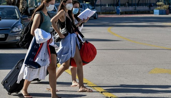Γυναίκες με μάσκα στο λιμάνι του Πειραιά.