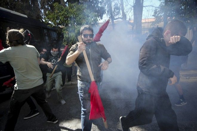 Ένταση και χημικά στο πανεκπαιδευτικό συλλαλητήριο, όταν οι συγκεντρωμένοι πέρασαν τη Βουλή και έφτασαν στο ύψος του Μεγάρου Μαξίμου. Η Ηρώδου Αττικού είχε κλείσει από κλούβες και όταν οι διαδηλωτές επιχείρησαν να περάσουν, συγκρούστηκαν με τα ΜΑΤ. Οι άνδρες των ΜΑΤ τους απώθησαν και έκαναν χρήση χημικών και δακρυγόνων.  (EUROKINISSI/ΣΩΤΗΡΗΣ ΔΗΜΗΤΡΟΠΟΥΛΟΣ)