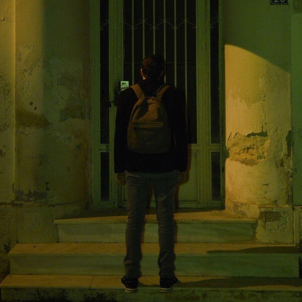Ο Χάρης Βεραμόν έξω από το σπίτι του Κώστα Ταχτσή