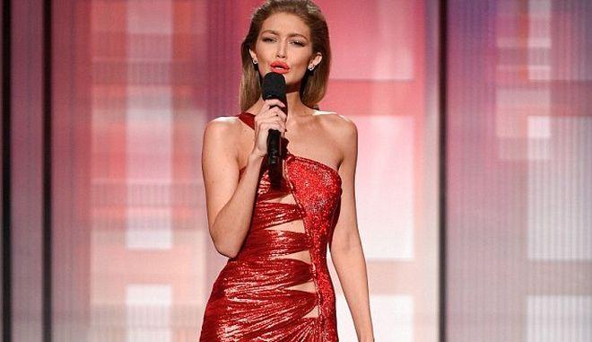 H Gigi Hadid μιμήθηκε την Μελάνια Τραμπ