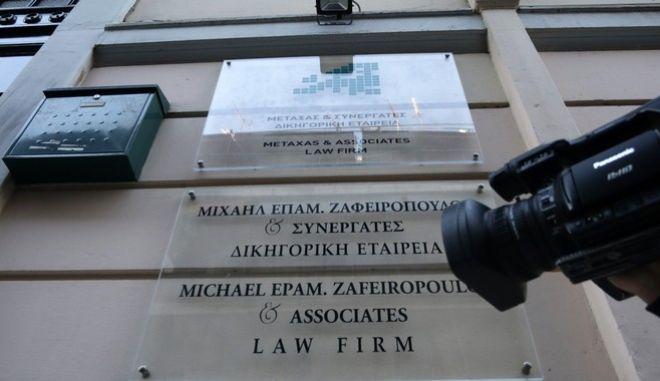 Κάμερες τηλεοπτικών σταθμών έξω από την είσοδο του κτηρίου στην οδό Ασκληπιού, την Παρασκευή 13 Οκτωβρίου 2017,που στεγάζει το γραφείο του 52χρονου ποινικολόγου Μιχάλη Ζαφειρόπουλου, ο οποίος δολοφονήθηκε το βράδυ της Πέμπτης 12/10. (EUROKINISSI/ΓΙΑΝΝΗΣ ΠΑΝΑΓΟΠΟΥΛΟΣ)
