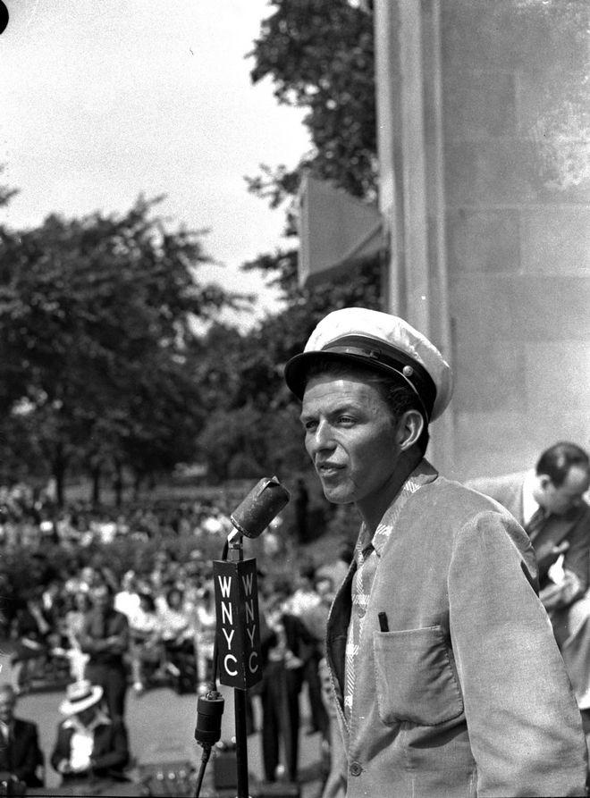 Ο Φρανκ Σινάτρα στο Central Park της Νέας Υόρκης, Ιούνιος 29, 1943.
