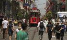 Κόσμος με μάσκες περπατά στην Τουρκία