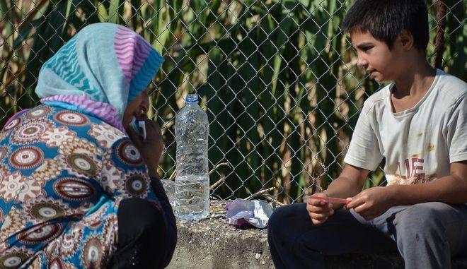 Πρόσφυγες και μετανάστες κατασκευάζουν αυτοσχέδιους καταυλισμούς έξω από το κατεστραμμένο ΚΥΤ της Μόριας την Παρασκευή 11 Σεπτεμβρίου 2020. (EUROKINISSI/ΠΑΝΑΓΙΩΤΗΣ ΜΠΑΛΑΣΚΑΣ)