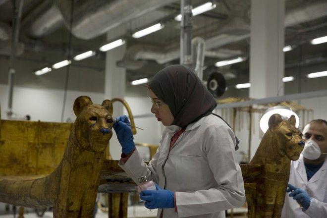 Εικόνα από εργασίες αποκατάστασης αρχαιοτήτων στο νέο Μεγάλο Μουσείο του Καΐρου